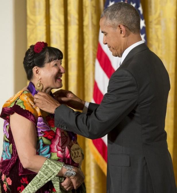 Sandra-Cisneros-national-medal-arts-obama-1474571095-640x698